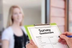 Preguntas de contestación de la encuesta sobre estudio de mercados de la muchacha Fotos de archivo