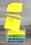 Preguntas de las notas o concepto pegajosas de la toma de decisión Fotos de archivo libres de regalías