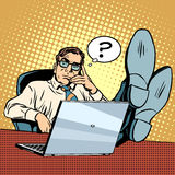 Preguntas y pensamientos el hombre de negocios en el ordenador portátil libre illustration