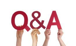 Preguntas y respuestas rectas rojas de la palabra del control de la mano Foto de archivo