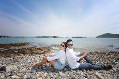 Prehuwelijksfoto van romantisch Thais paar op kust Stock Foto's
