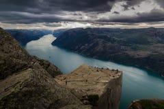 Preiekestolen - la roche de pupitre, Norvégien Cliff Tourist Destination chez Lysefjorden, Stavanger, Norvège photos stock