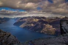 Preiekestolen - a rocha do púlpito, norueguês Cliff Tourist Destination em Lysefjorden, Stavanger, Noruega Imagens de Stock Royalty Free