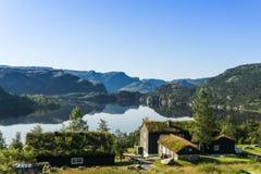 Preikestolen, ambona Rockowy pensjonat/, widok przy jeziorem w pobliżu Zdjęcie Stock