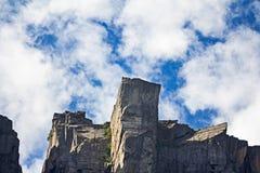 Preikestolen-Felsen in Lysefjord, Norwegen von unterhalb gesehen Lizenzfreies Stockfoto