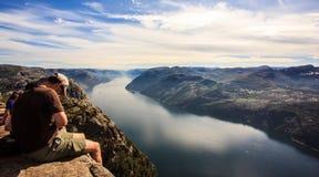 Preikestolen, Norvège - 23 juillet 2016 : Les touristes regardent à la vue majestueuse de la roche de pupitre de prédicateur de P photo stock