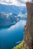 Preikestolen predikstol vaggar på Lysefjorden (Norge) En välkänd t Royaltyfria Bilder