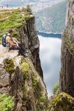 Preikestolen, roccia del quadro di comando a Lysefjorden (Norvegia) Una t ben nota Fotografia Stock Libera da Diritti
