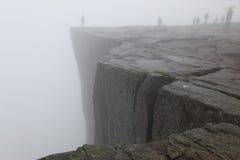 Preikestolen vaggar taget i djup dimma, den Norge fjorden Royaltyfria Bilder