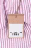 Preis mit Barcode auf Hemd Stockfoto
