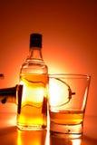 Preiswerter Whisky und Glas Stockbild