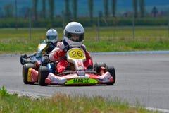 PREJMER, BRASOV, ROMÊNIA - 3 DE MAIO: Pilotos desconhecidos que competem no campeonato nacional Dunlop 2015 de Karting, Imagem de Stock