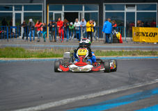 PREJMER, BRASOV, RUMÄNIEN - 3. MAI: Unbekannte Piloten, die in nationaler Karting-Meisterschaft Dunlop 2015, am 3. Mai 2015 in Pr Stockfotografie