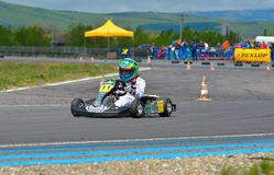 PREJMER, BRASOV, RUMÄNIEN - 3. MAI: Unbekannte Piloten, die in nationaler Karting-Meisterschaft Dunlop 2015, am 3. Mai 2015 in Pr Stockfoto