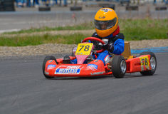 PREJMER, BRASOV, RUMÄNIEN - 3. MAI: Unbekannte Piloten, die in nationaler Karting-Meisterschaft Dunlop 2015, am 3. Mai 2015 in Pr Stockfotos