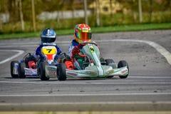 PREJMER, BRASOV, RUMANIA - 3 DE MAYO: Pilotos desconocidos que compiten en el campeonato nacional Dunlop 2015 de Karting, Fotos de archivo