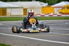PREJMER, BRASOV, RUMANIA - 3 DE MAYO: Pilotos desconocidos que compiten en el campeonato nacional Dunlop 2015 de Karting, Imagenes de archivo