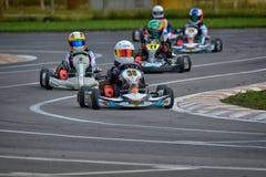 PREJMER, BRASOV, RUMANIA - 3 DE MAYO: Pilotos desconocidos que compiten en el campeonato nacional Dunlop 2015 de Karting Foto de archivo libre de regalías