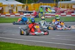 PREJMER, BRASOV, RUMANIA - 3 DE MAYO: Pilotos desconocidos que compiten en el campeonato nacional Dunlop 2015 de Karting, Fotografía de archivo libre de regalías