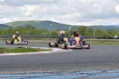 PREJMER, BRASOV, RUMANIA - 3 DE MAYO: Pilotos desconocidos que compiten en el campeonato nacional Dunlop 2015 de Karting, el 3 de Fotos de archivo