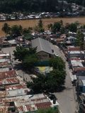 Prekäre Häuser auf den Banken des Ozama-Flusses Lizenzfreies Stockfoto