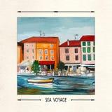 Prelambulator auf gestreiftem Hintergrund Postkarte mit einer Küstenstadt, -boot und -meer Lizenzfreies Stockbild