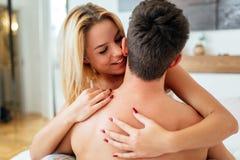 Preliminares sensuais na cama foto de stock