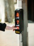 Premendo bottone per l'attraversamento della via Immagini Stock Libere da Diritti