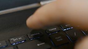 Premendo il tasto di cancellazione sopra sulla tastiera di computer o del computer portatile stock footage