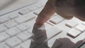 Premere il tasto di IMMISSIONE su una tastiera di calcolatore Macro metraggio stock footage