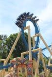 Première boucle étroite sur des montagnes russes Osiris en parc Asterix, Ile de France, France Photo libre de droits
