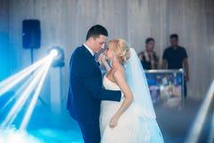 Première danse de mariage dans le restaurant Couples dans l'amour photographie stock libre de droits