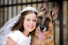 Première fille de sainte communion avec le chien Image stock