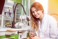 Première fois d'étudiant dentaire dans la clinique Photo libre de droits