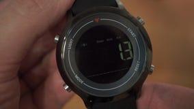 Première fois mettant en marche la montre intelligente banque de vidéos