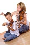 Première fois pratiquant le violon photos stock