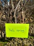 Première inscription de journée de printemps le ressort de papier de bonjour sur le fond de nature photographie stock
