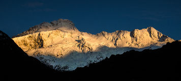 Première lumière d'or sur la crête de montagne Photographie stock