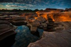 Première lumière de la terre de la roche Images stock