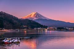 Première lumière frappant le sommet du mont Fuji au lac Kawaguchi image stock