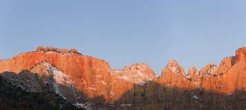Première lumière sur des montagnes. Photos stock