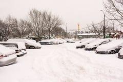 Première neige au-dessus des voitures de Bucarest Photo stock