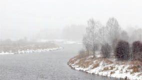 Première neige blizzard Le fleuve banque de vidéos
