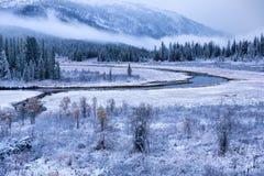 Première neige d'automne et la rivière en montagnes Images libres de droits