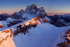 Première neige dans les Alpes Lever de soleil fantastique dans les montagnes de dolomites, Tyrol du sud, Italie en hiver Dolomite photos libres de droits