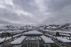 Première neige dans les montagnes Image stock