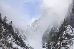 Première neige dans les montagnes Photographie stock libre de droits