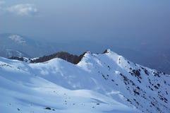 Première neige en montagne de l'hiver Photographie stock