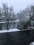 Première neige et neige sur le lac photographie stock