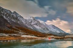 Première neige sur le lac Horizontal coloré d'automne Photographie stock libre de droits